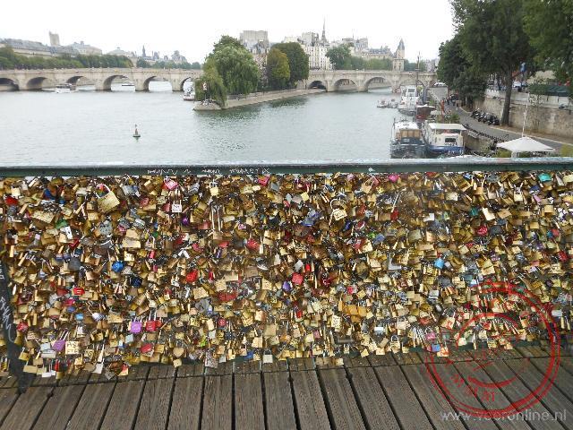 Liefdesparen hangen een hangslot aan de brug en gooien de sleutel weg