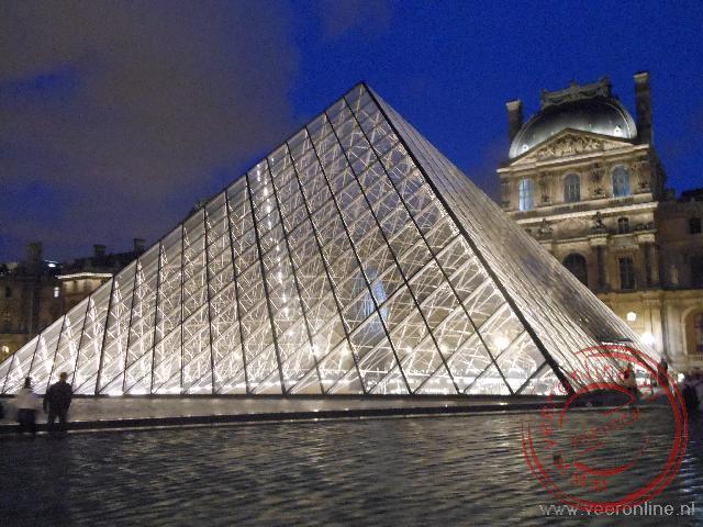 Het Louvre bij avond