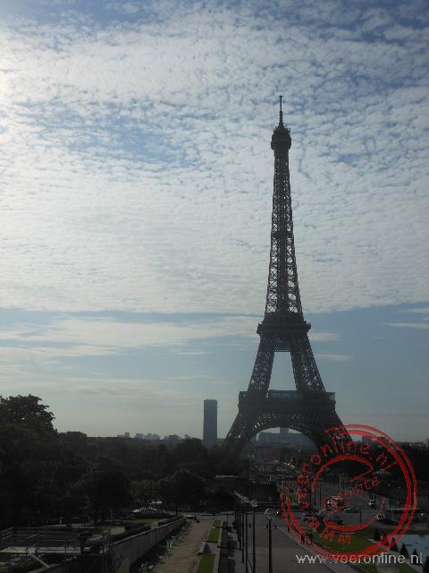 De Eiffeltoren steekt hoog boven de stad uit