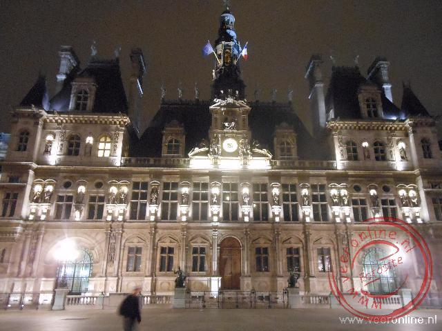 Het Hotel de Ville uitgelicht bij avond