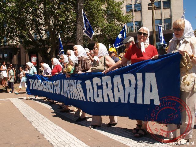 De Dwaze moeders lopen de Plaza de Mayo