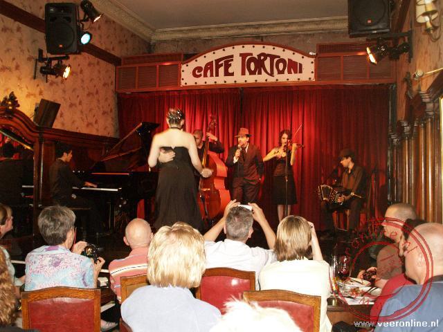 Een tango show in café Tortini