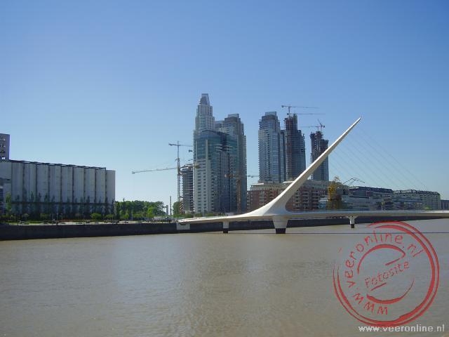 De skyline met de Puente de la Mujer brug op de voorgrond