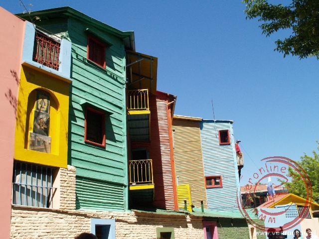 De gekleurde huizen in de kunstenaarswijk La Boca