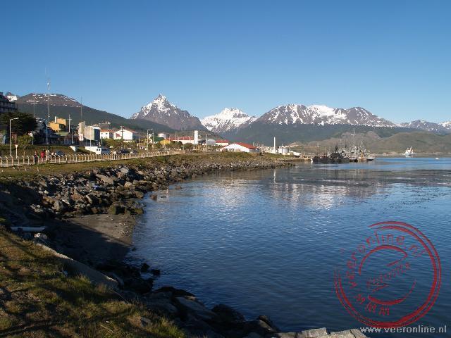 De baai van Ushuaia met de besneeuwde bergketens op de achtergrond.