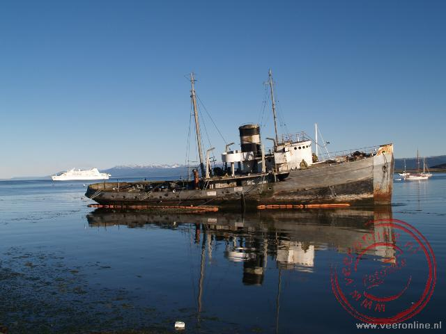 Het scheepswrak Saint Christopher ligt in de baai voor Ushuaia