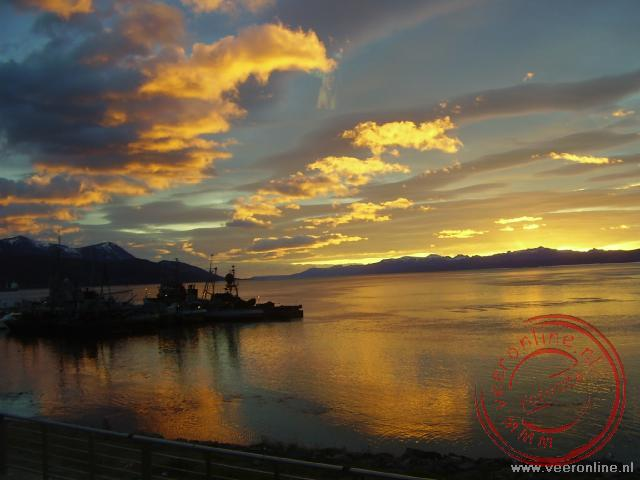 Een prachtige zonsopgang in de baai van Ushuaia