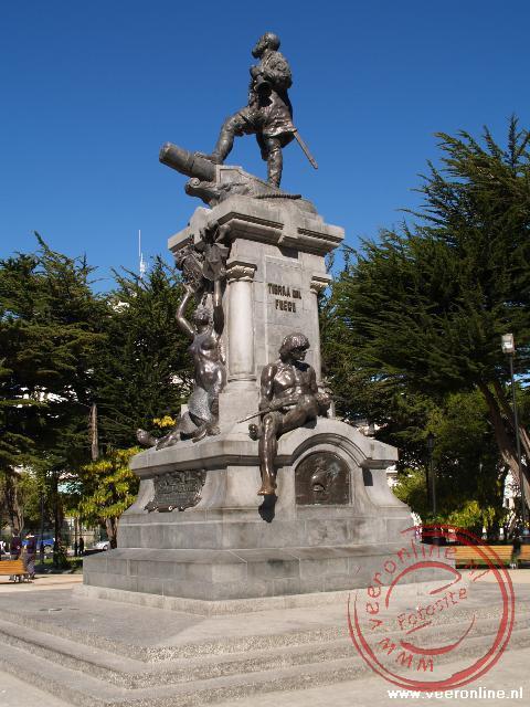 Het standbeeld van de indiaan op de plaza in Punto Arenas