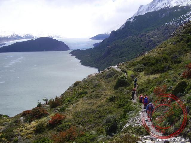 Langs het meer wandelen we naar de in de verte gelegen Grey Gletsjer