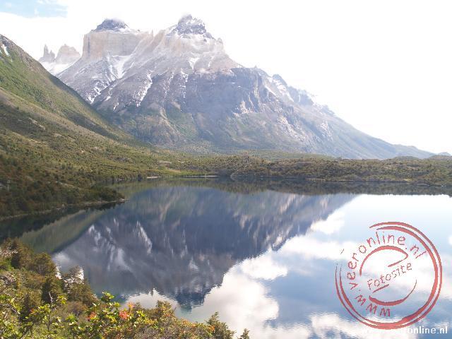 De bergen weerspiegelen in het Lago Skottsberg