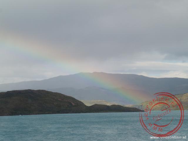 Een regenboog over de Lago Pehoé