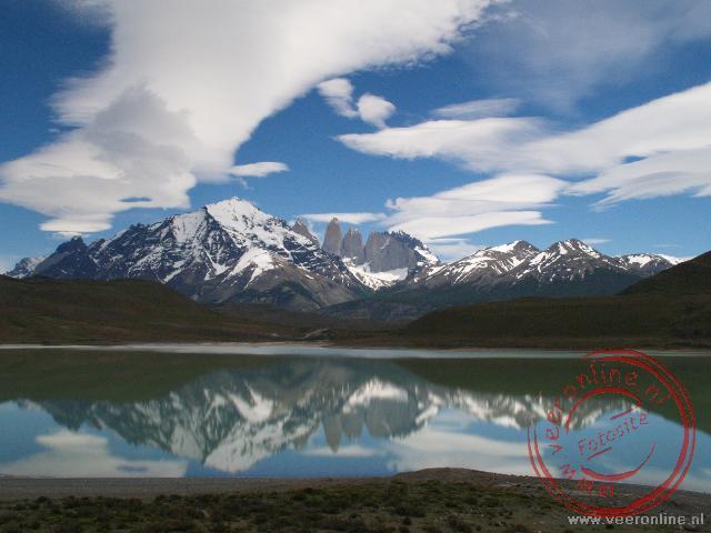 De Torres del Paine weerspiegelen in het meer