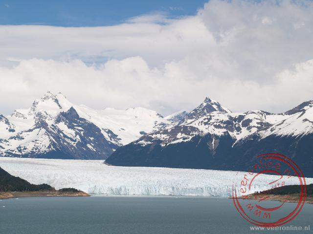 De gletsjer Perito Moreno stroomt in het meer