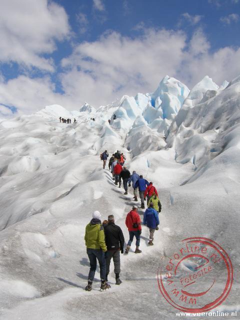 Met stijgijzers klimmen over het ijs van de Perito moreno Gletsjer