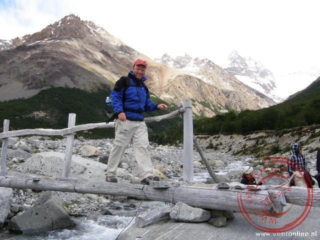 Met een bruggetje over een van de beekjes met smeltwater