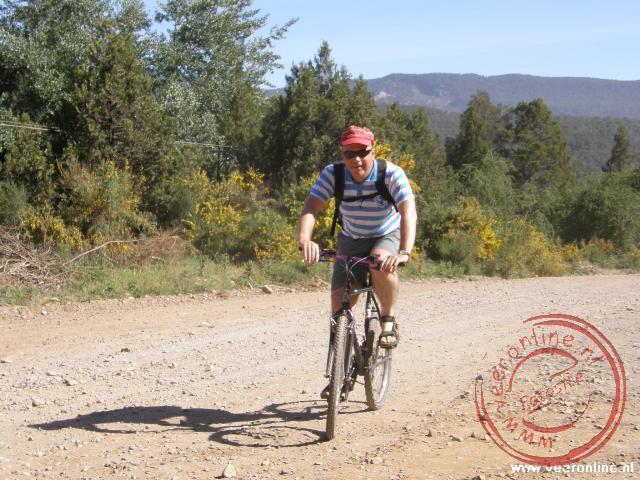 Op een mountainbike naar een uitkijkpunt bij 35 graden