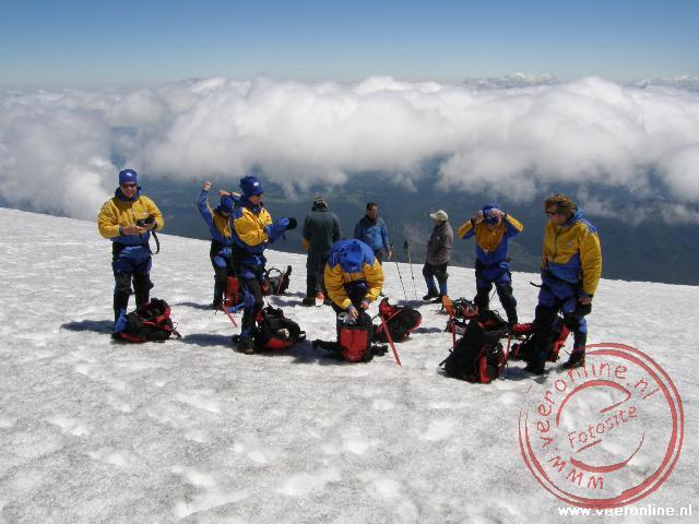 Op de top kleden we ons om, om straks naar beneden te kunnen glijden