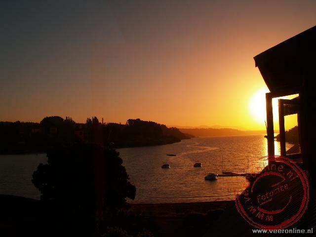 De zonsondergang over het meer van Pucón