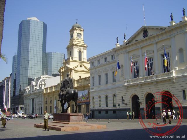 Het parlements gebouw aan de plaza