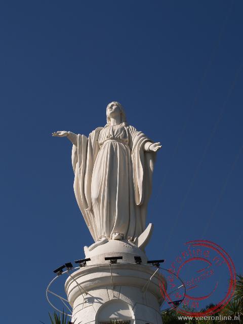 Het mariabeeld kijkt over Santiago de Chile
