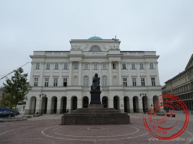 Het Staszic paleis met het standbeeld van Copernicus er voor