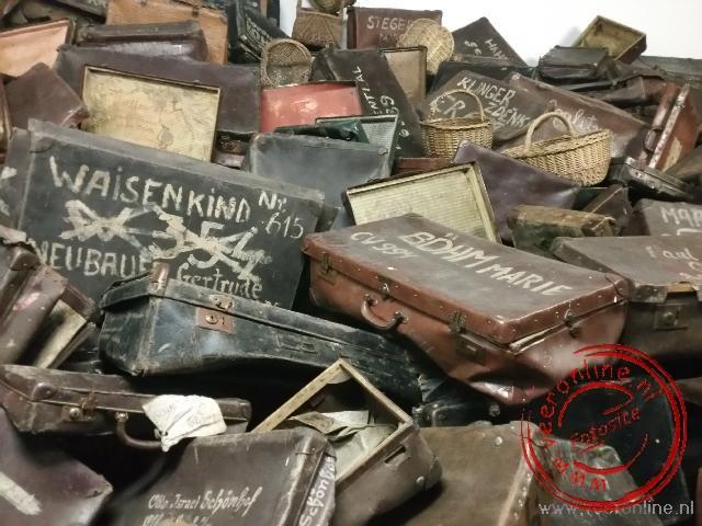 Een verzameling van de achtergebleven koffers