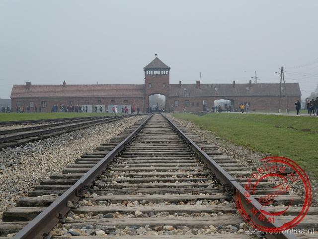 Honderden treinen arriveerde via deze poort op het kamp