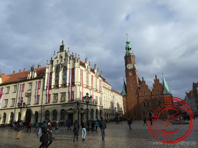 Donkere wolken hangen boven het centrale marktplein