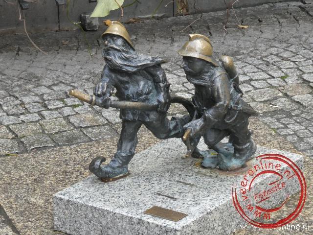 Overal in het centrum van Wroclaw staan klein bronzen standbeeldjes