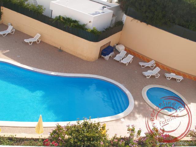 Het zwembad bij appartementencomplex Do Parque