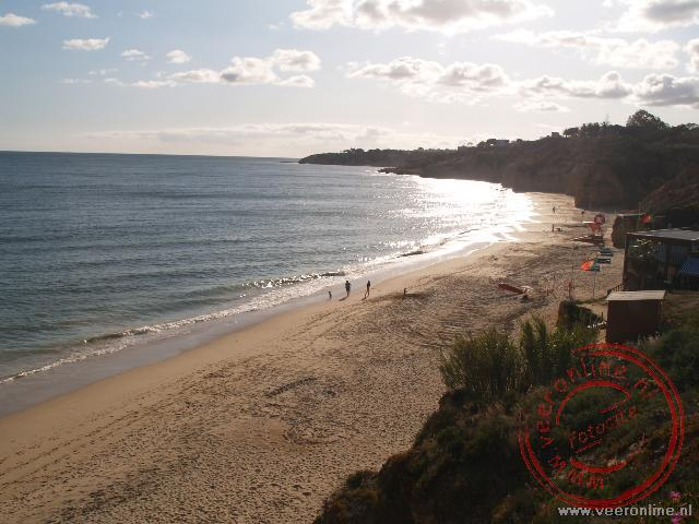 Het strand ten westen van Olhos d'Aqua