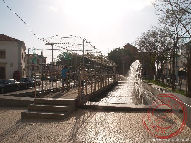 De fontein naast de loopbrug spuit af en toe over de brug. Goed opletten dus