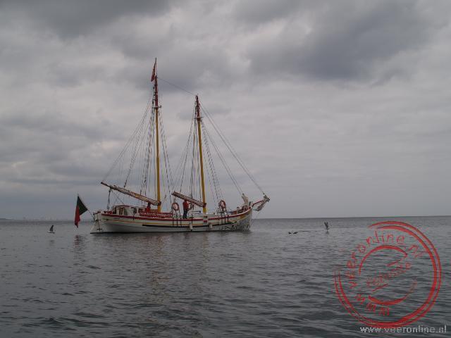 Een zeilschip voor de kust van Algarve
