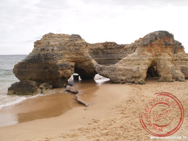 De rots met een grote opening in het midden kan dienen als basketbal korf