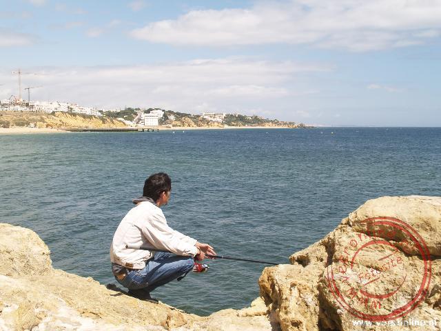 Een visser probeert wat vis te vangen in Albufeira