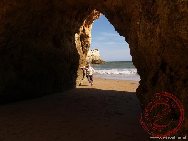Ronald bij de rotsbogen bij Praia d'Alvor