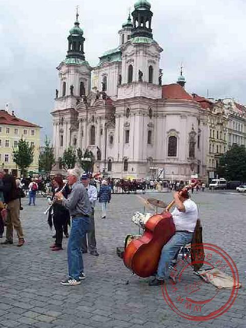 De straatartiesten treden op voor de Kostel sv. Míkuláse (Nicolaaskerk) op het Malostranské námestí plein