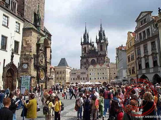 Op het Staromestské námestí (Oudestadsplein) is het altijd druk met toeristen
