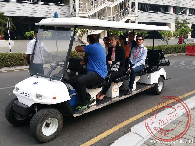 Over de campus worden we rondgereden met een elektrisch karretje