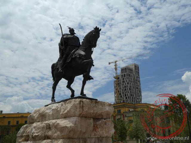 Het standbeeld van Skanderbeg in Tirana