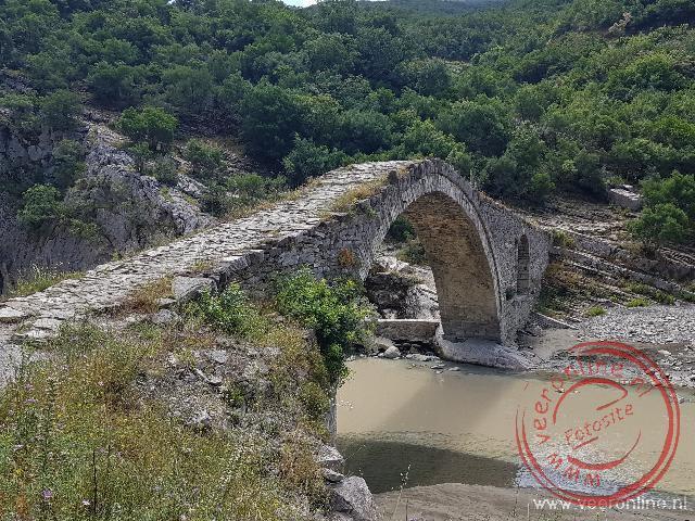 De oude brug naar de hotspring van Benja