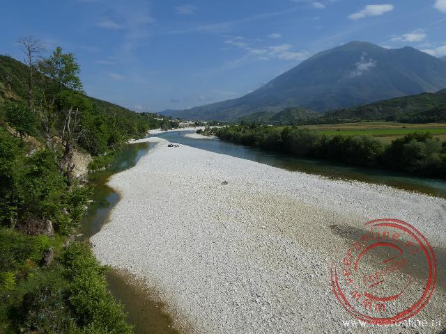 Een droog gevallen rivier in de bergen van Albanië