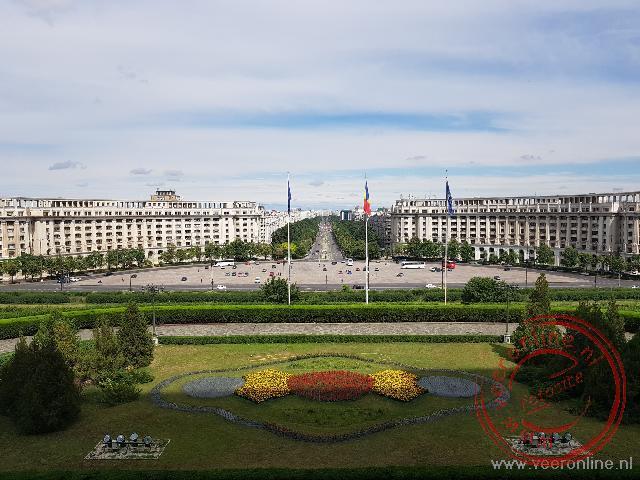Voor het parlementsgebouw is een brede boulevard aangelegd.