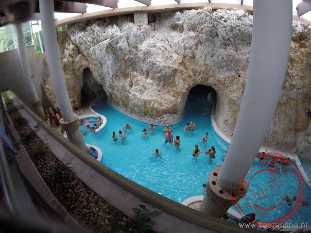 Het zwembad in Miskoletapolea is uit de rotsen gehouwen
