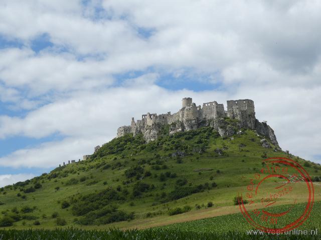Het Spis Castle steekt hoog boven de omgeving uit