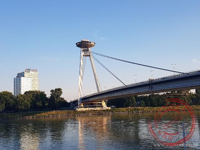 De Novy Most brug over de Donau met op top een restaurant