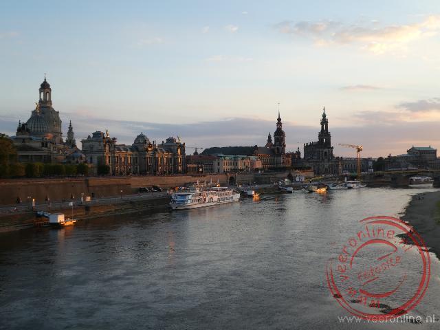 De zon zakt in de Elbe boven Dresden
