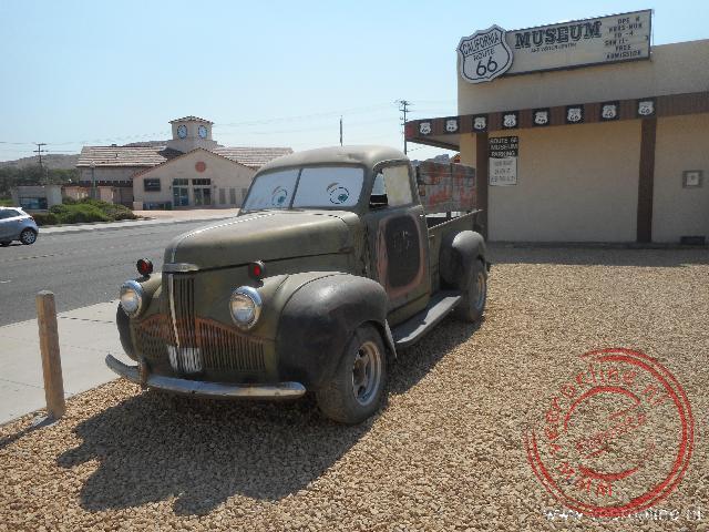 Een oude vrachtwagen voor het Route66 museum in Victorville