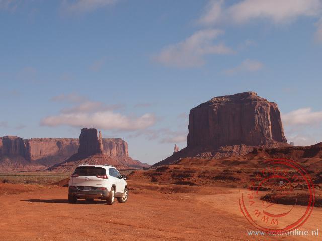 De auto valt in het niet bij de enorme rotspartijen