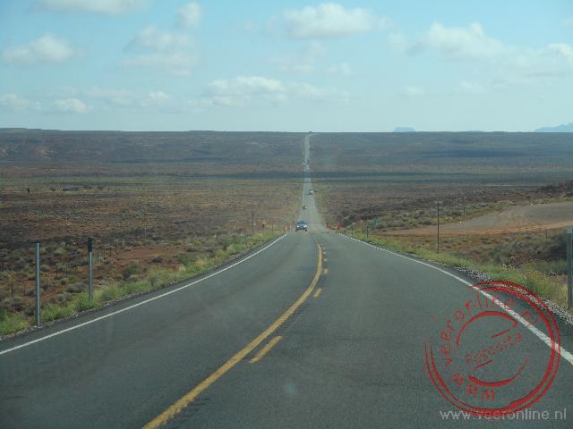 Op de wegen door de woestijn rijdt weinig verkeer